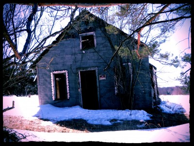 abandoned-farm-shack-in-winter