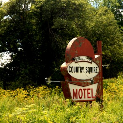 country-squire-motel-sign