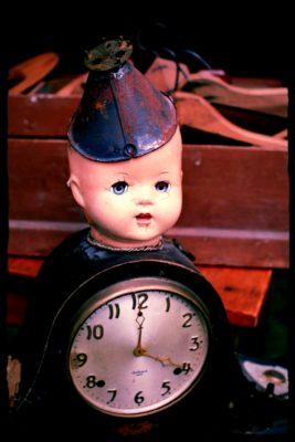 creepy-doll-clock